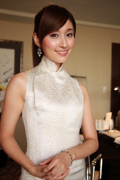 第一次穿著旗袍接受媒體採訪^^
