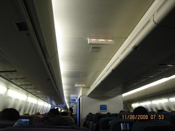 機艙燈光全開(快到LA時)