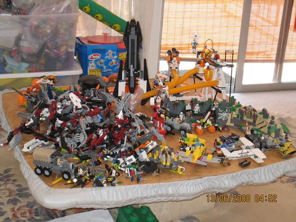 一堆的玩具.多到很誇張