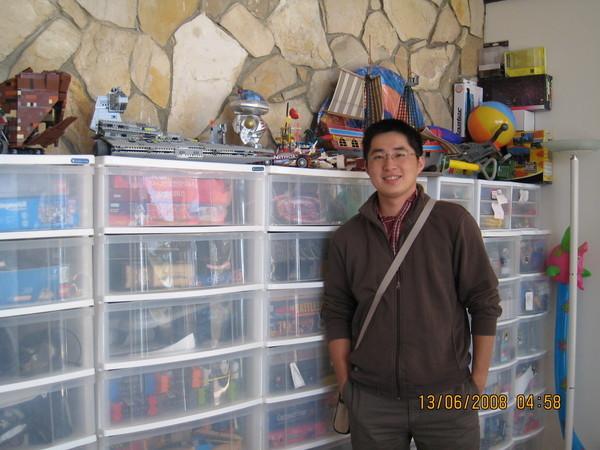 同事跟玩具收藏區合照