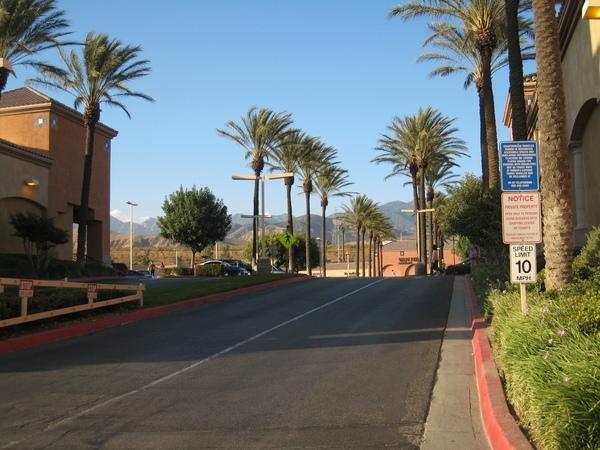 Desert Hills Outlet 入口道路
