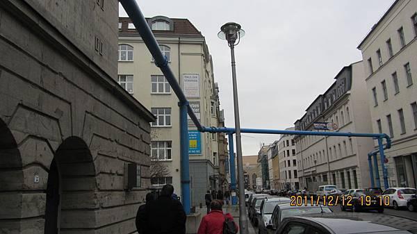 從前的東柏林街頭上的水管