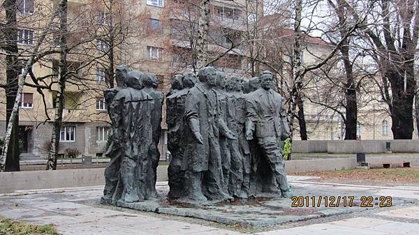 停車場附近的雕像