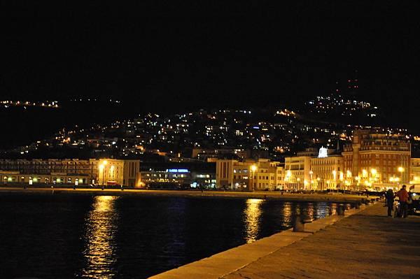 燈光閃爍的Trieste山城!