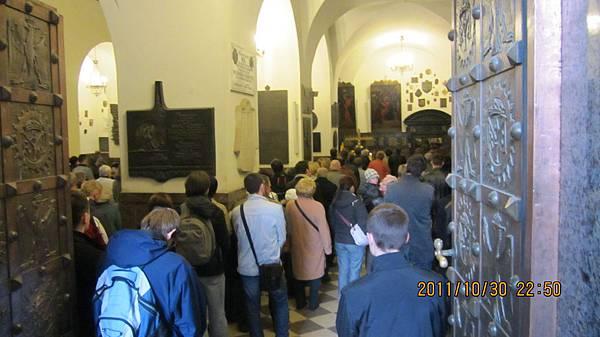 排到教堂外面朝聖的人們