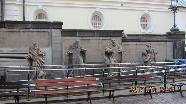 旁邊的雕像