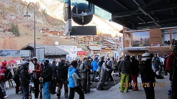 排隊中的滑雪客們