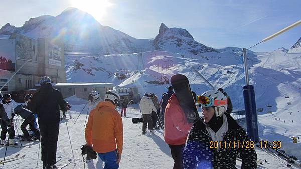 準備滑雪的滑雪客們