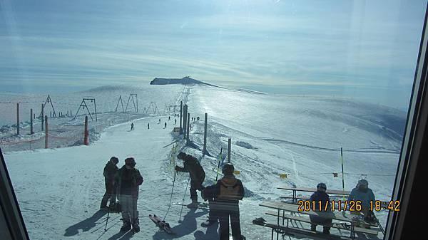 在山頂滑雪一景