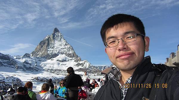 我與馬特洪峰和用餐的人們