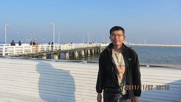 我和Sopot海邊景色合照