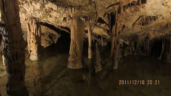 鐘乳石洞內一景