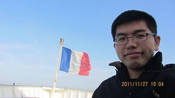 Superkid與法國國旗合照