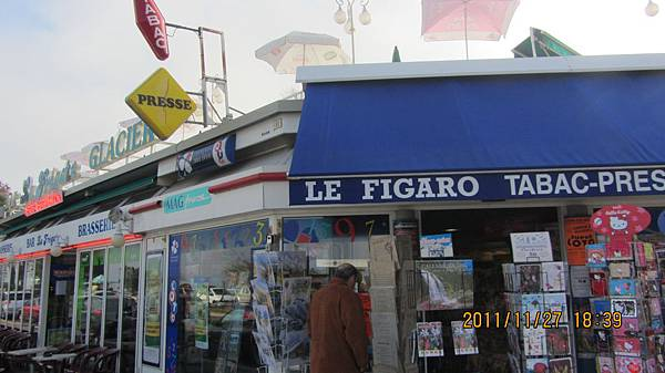 買完明信片再近看一次法國雜貨店