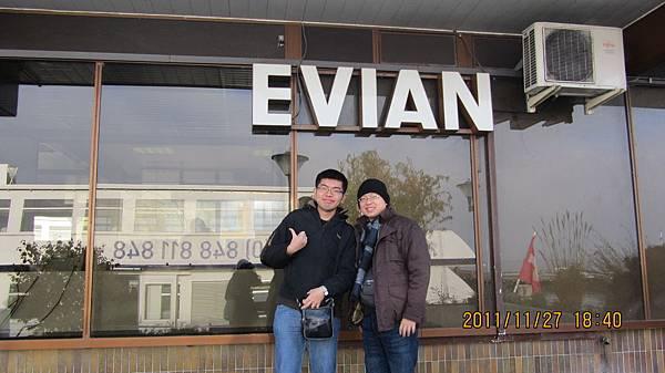 與Evian的大牌子合照