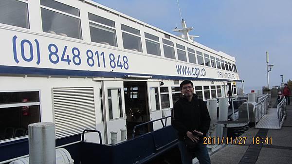 我站在法國與我們搭的船合影