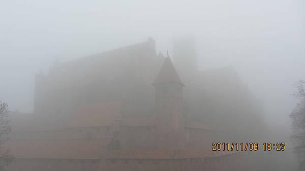 11月初迷霧中的Malbork條頓騎士團城堡