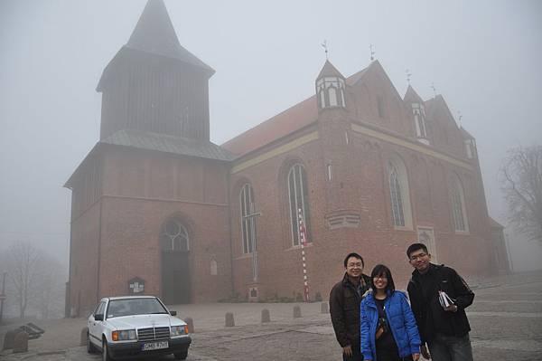 與Malbork城堡附近的大教堂合影