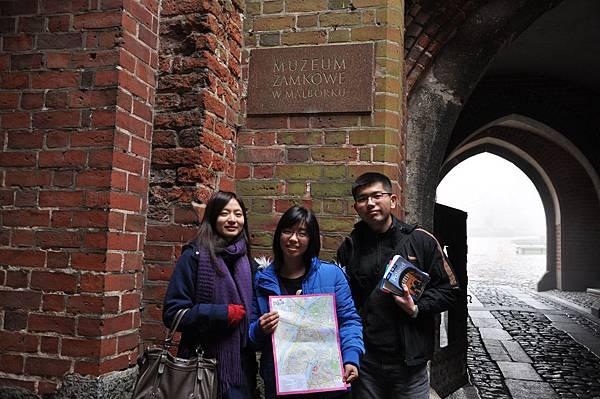 在Malbork城堡門口合照