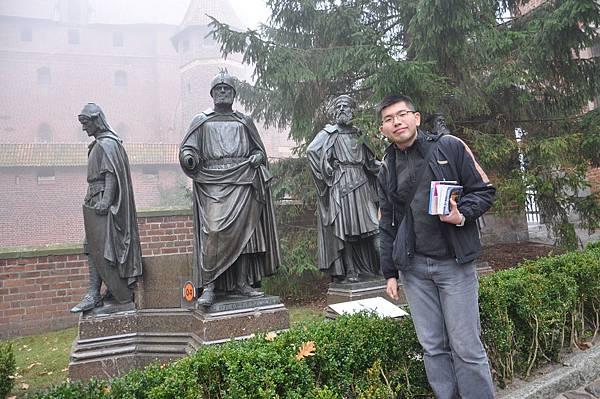 我與條頓騎士雕像的合照
