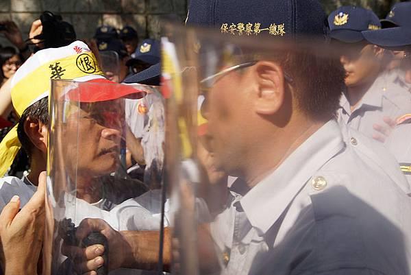 翁大銘宅前抗議(攝影:孫窮理,轉自苦勞網)