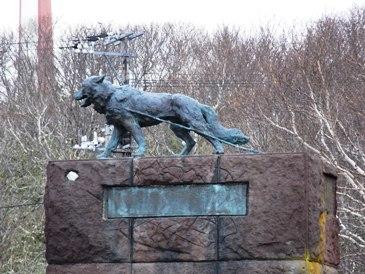 0513稚内公園ー南極基地で奇跡的に生存したタロの像.JPG