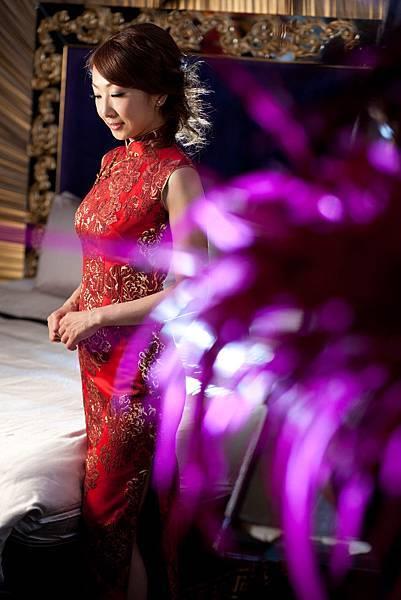 李小姐:待嫁女兒的心思,媽媽懂的,媽媽陪我一起到榮一唐裝(祺)旗袍訂做文定要穿的祺袍。