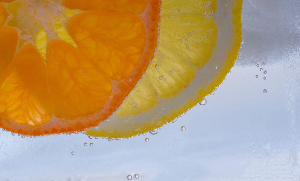 【步驟二】將清洗完的橘子浸泡在滾過的熱水中約5-10分鐘,這時會飄散出淡淡的橘子香呢。