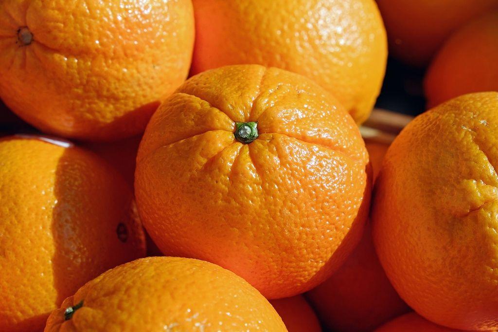 【步驟三】撈出橘子,用水果刀把蒂頭挑掉,挑掉後可利用筷子把洞弄的深一點。