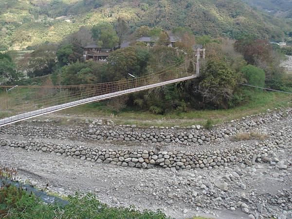 河谷中的民宿遠在吊橋的那一端