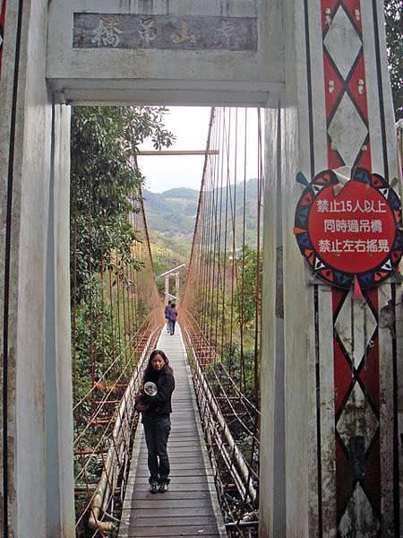 吊橋的這一端,每個住宿者都必需從這通過,包含行理。