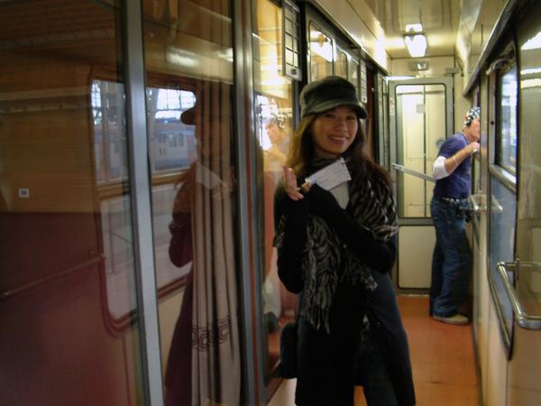 火車包箱外的走道,手上拿的是倆人來回票,共$262kc.