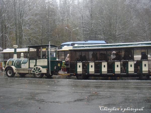 抵逹目的地再轉小火車上山,這是第六種交通工具。