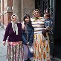 著傳統服飾的母女