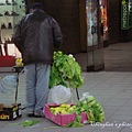 捷運站的賣菜人