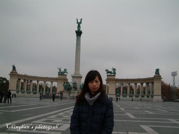 Hosok tere(英雄廣場),中央的是建國一千年紀念碑,興建於1896年,完成於1929年。