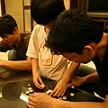 爸比跟小小姑一組玩拼單字遊戲