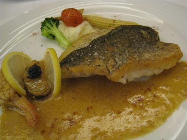 香脆海鱸燴白酒,魴魚卵鮮蝦汁醬