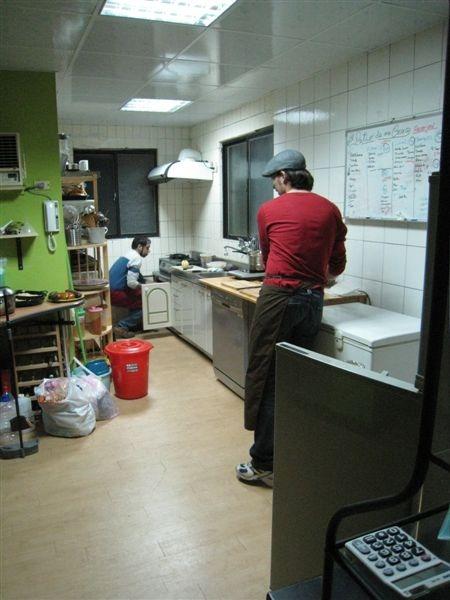 Luis和Ramses正在廚房忙著咧