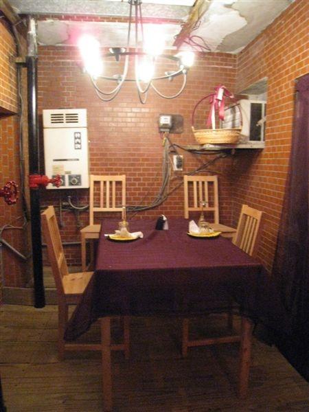 還有在熱水器旁邊的桌子~酷吧!