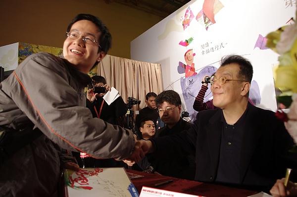 老師與讀者握手拍照.JPG