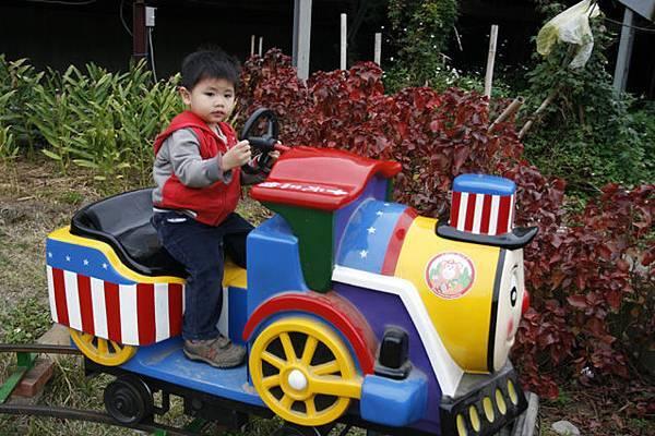不能和哥哥一樣去開船,不過我可以開小火車