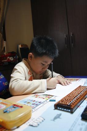 上大班的霖霖會很自動自發的寫功課