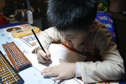 霖霖在練習寫他的名字