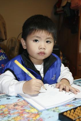 二歲八個月的綸綸說,我也有寫功課喔