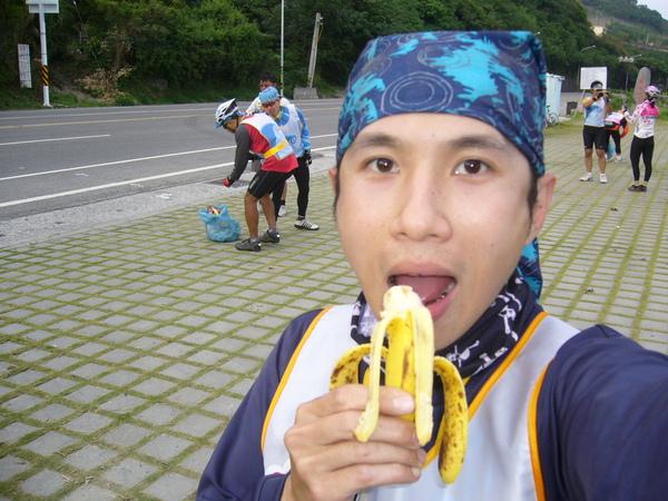 971118 店小二吃香蕉.JPG