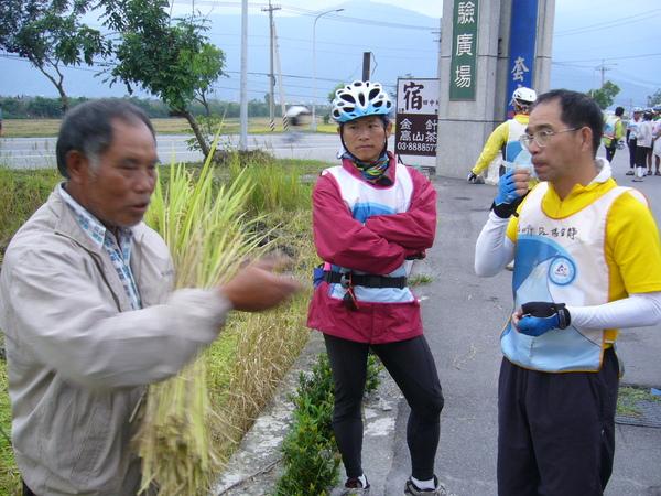 971119 正在收割的農民與校長談話.JPG