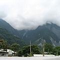 雲霧中的山.JPG