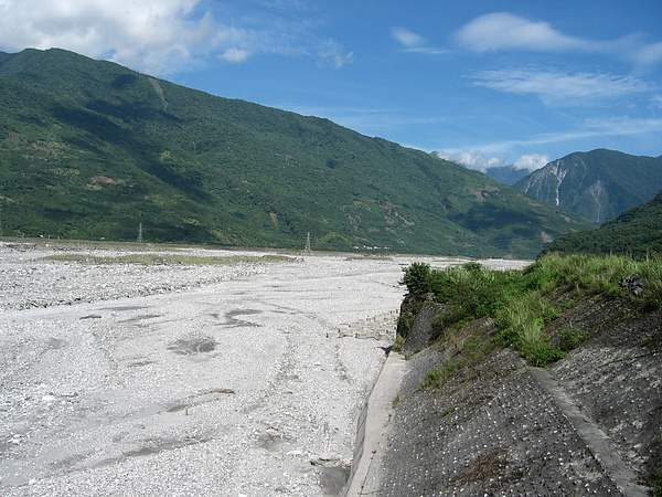 又是石礪遍佈的河床.JPG