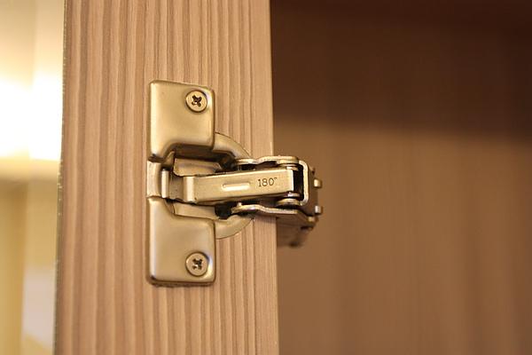 讓門板可轉180度的特殊絞鏈